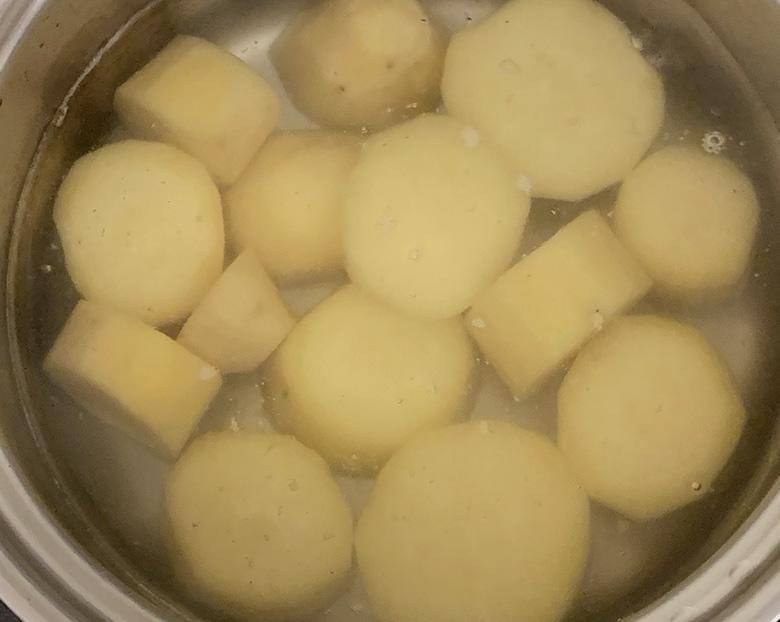 鍋に水、さつまいもを入れて中火で煮る