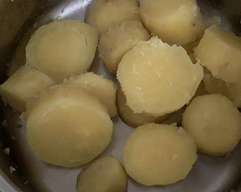 さつまいもが柔らかくなったら、粉ふき芋の要領で湯を捨てて中火にかけ、鍋をゆすって水分を飛ばす