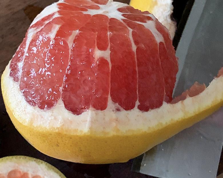 グレープフルーツの皮をリンゴの皮を剥くように剥いていく