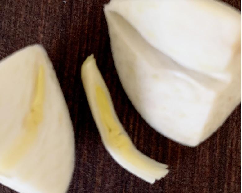 にんにくは皮を剥き、縦半分に切って、芯を取り除く