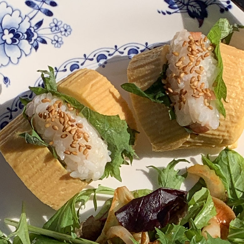 卵焼きに切れ目を入れて、シソ・ご飯を挟んでゴマを振る