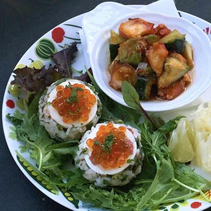 ゆで卵のおむすびとタコの辛味ジャン